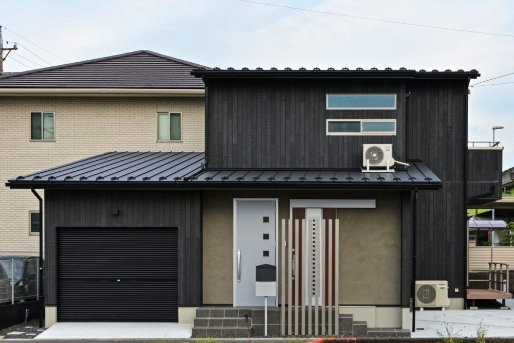 木目と塗り壁の落ち着きある家外観イメージ
