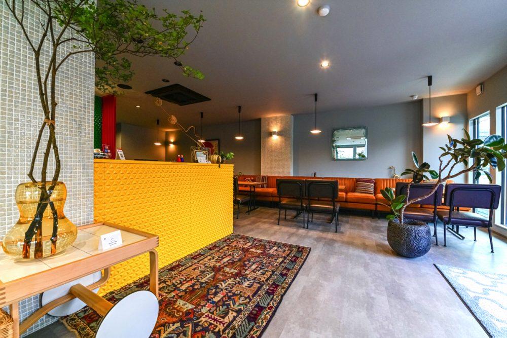 2つのテイストの家具が映えるグレー×5色のカフェイメージ3