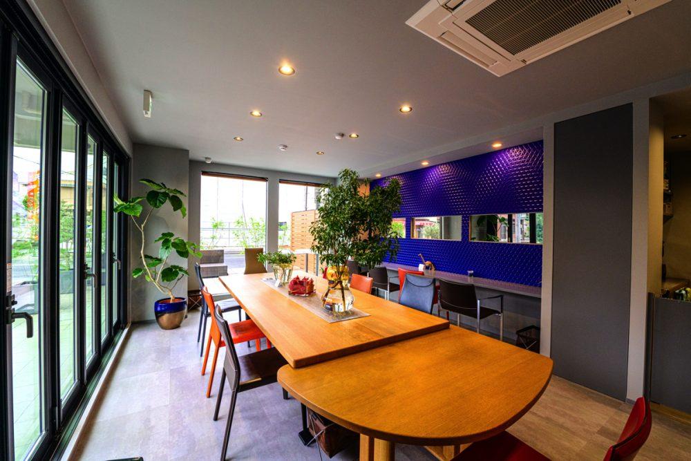 2つのテイストの家具が映えるグレー×5色のカフェイメージ6