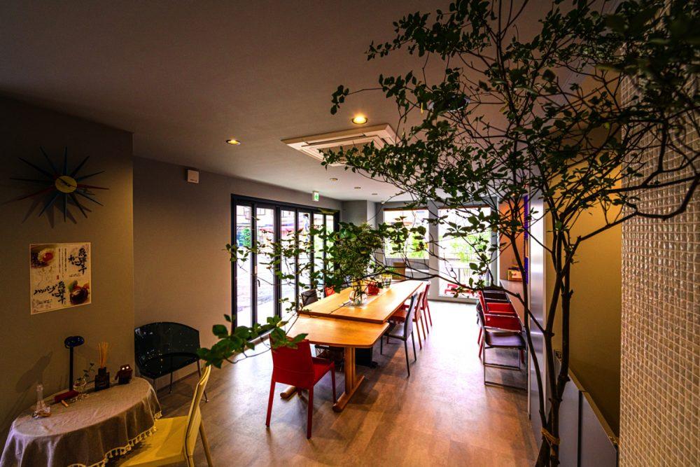 2つのテイストの家具が映えるグレー×5色のカフェイメージ5