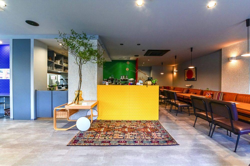 2つのテイストの家具が映えるグレー×5色のカフェイメージ2
