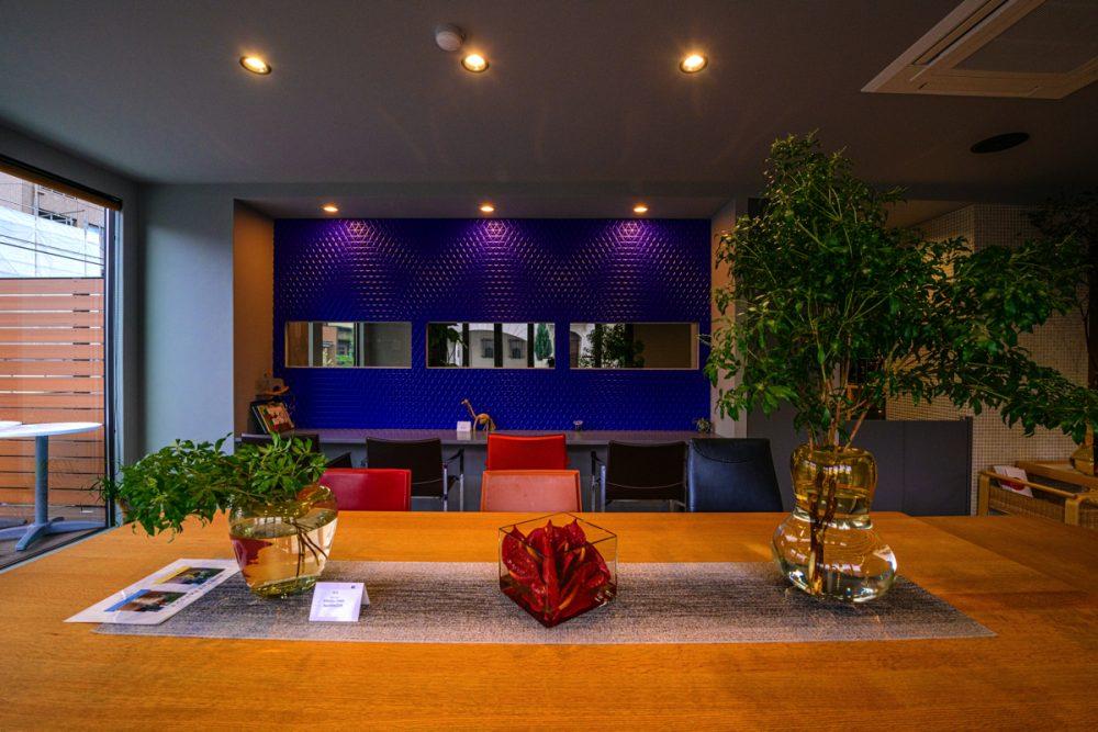 2つのテイストの家具が映えるグレー×5色のカフェイメージ7