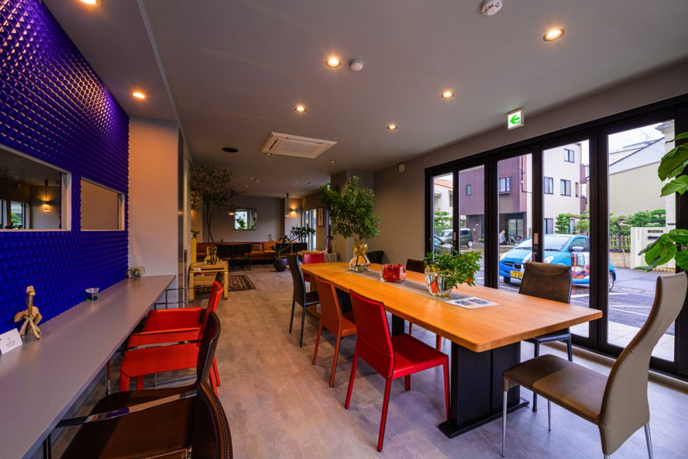 2つのテイストの家具が映えるグレー×5色のカフェイメージ8