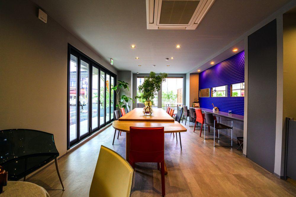 2つのテイストの家具が映えるグレー×5色のカフェイメージ4