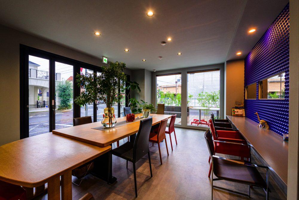 2つのテイストの家具が映えるグレー×5色のカフェイメージ9