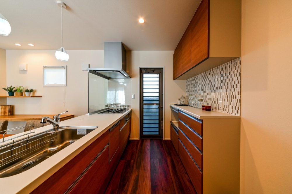 チーク色が映える落ち着きのある家イメージ4